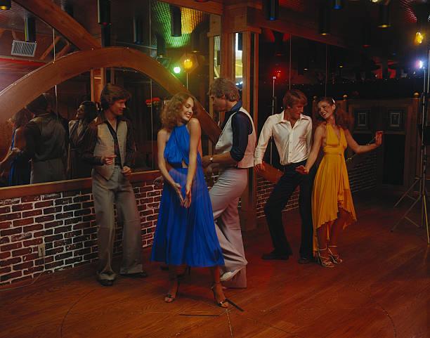 Casais dançando juntos na boate, sorrindo - foto de acervo