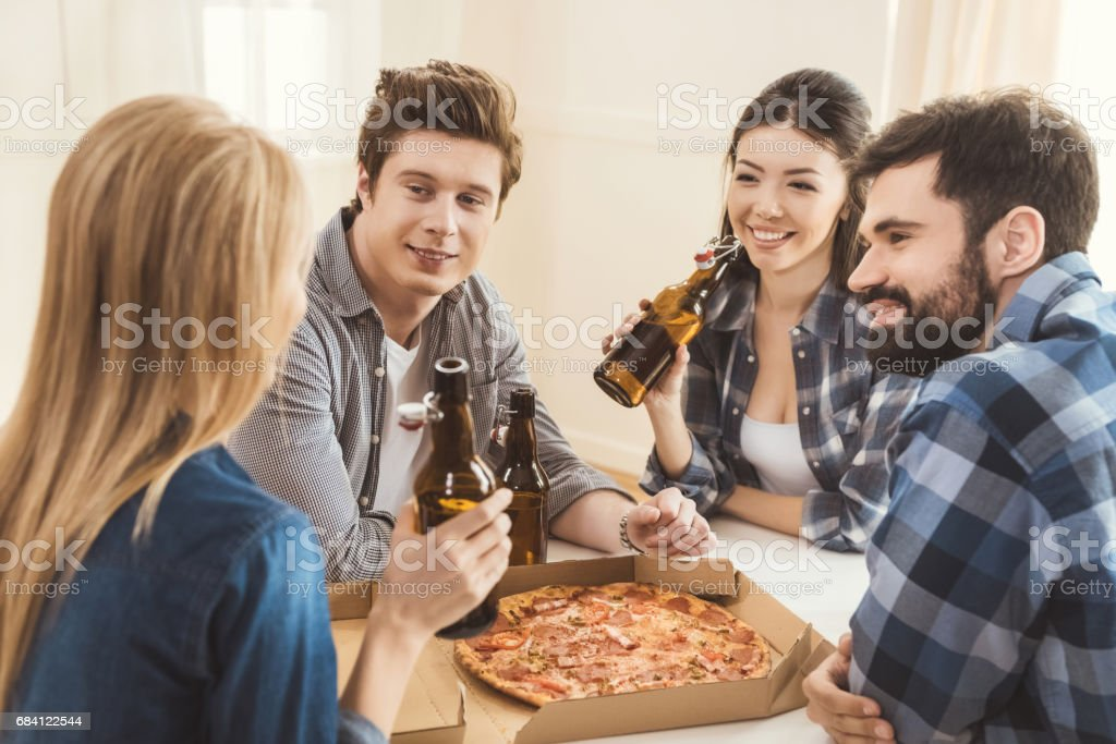 paren bier drinken en pizza eten royalty free stockfoto