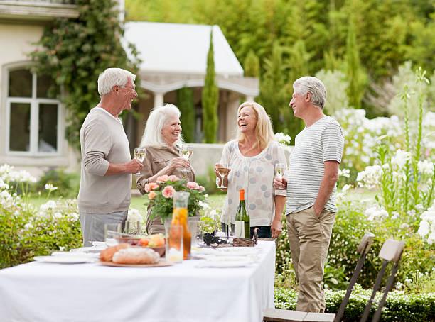 pareja bebiendo vino en el jardín - couple lunch outdoors fotografías e imágenes de stock