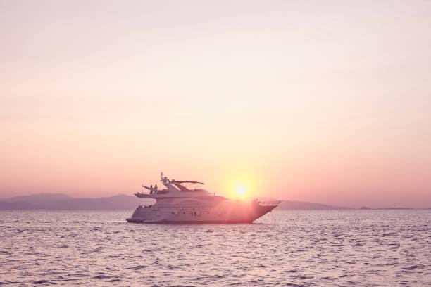 Paare auf Yacht bei Sonnenuntergang – Foto