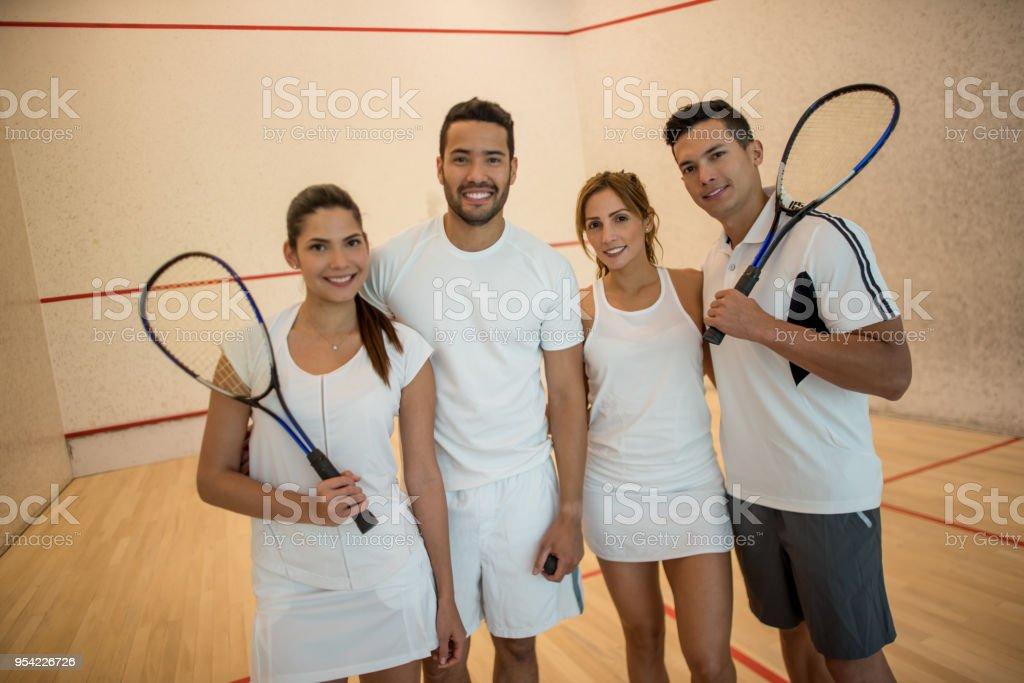 Fotografia De Parejas Jugando Squash Mirando A La Camara Sonriendo Y