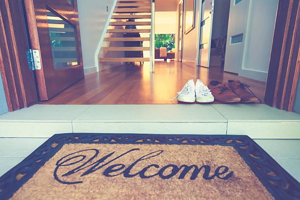 parejas zapatos en la puerta principal de una casa. - saludar fotografías e imágenes de stock