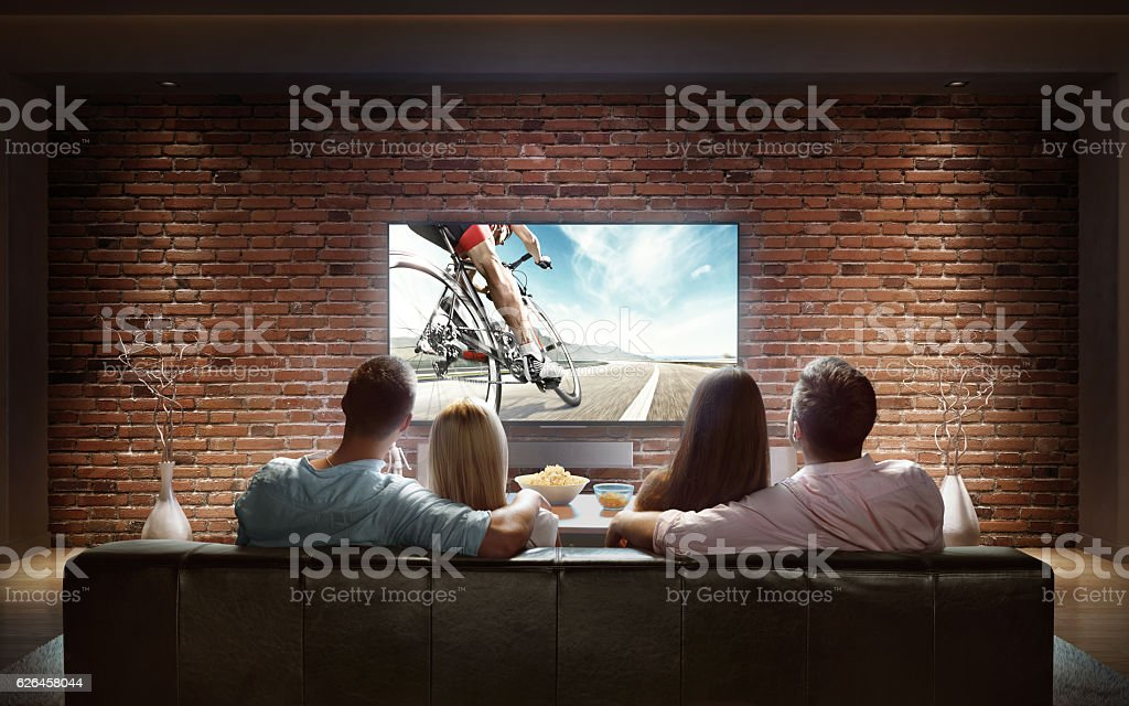 Couples watching Bicycle race at home – Foto