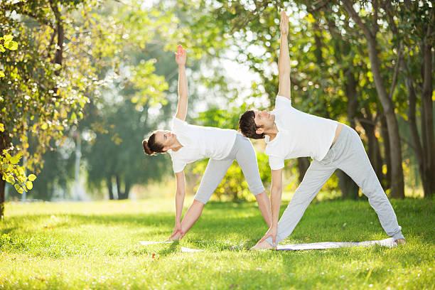 Paar-Yoga, Mann und Frau, die Übungen im park – Foto