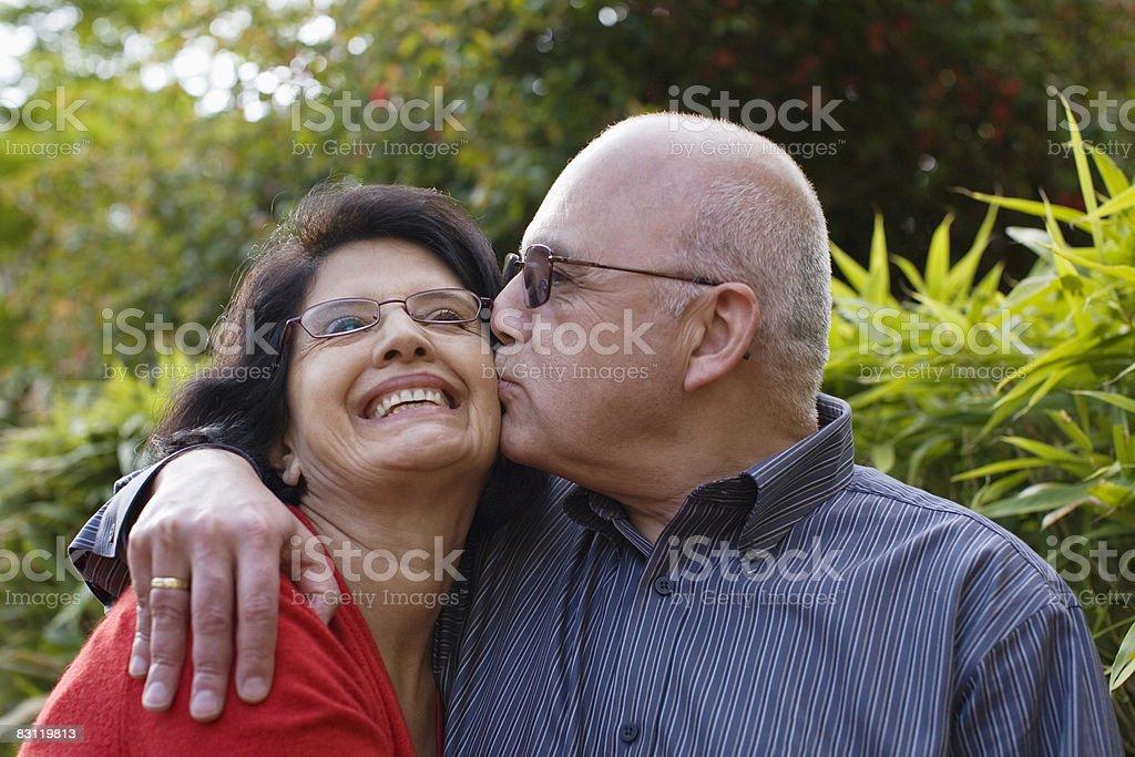 coupoe hugging and kissing royalty free stockfoto