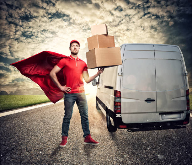 Courier acts like a powerful superhero in a city with skyscrapers. Concept of success and guarantee on shipment - foto stock