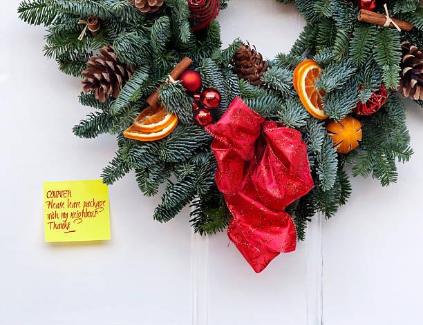 weihnachten paket lieferung kurier - buchstabentür kränze stock-fotos und bilder