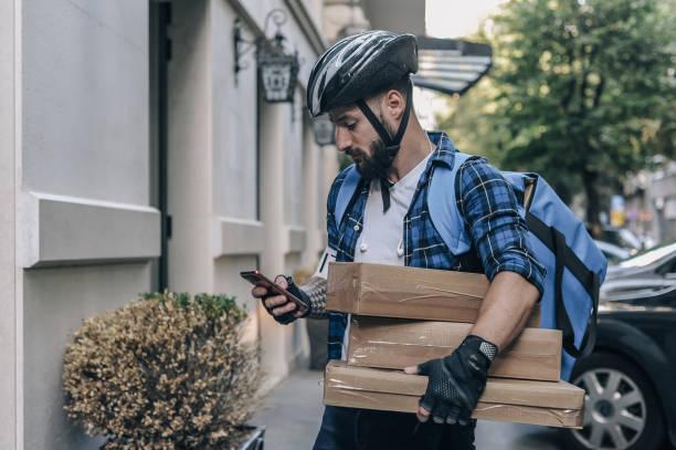 courier entregando pacotes - costumer - fotografias e filmes do acervo