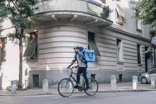 Kurier liefert Pakete – Foto