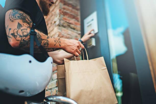 Kurier-Lieferung Lebensmittelservice zu Hause. Mann Kurier lieferte die Bestellung keine Namensbeutel mit Lebensmitteln – Foto