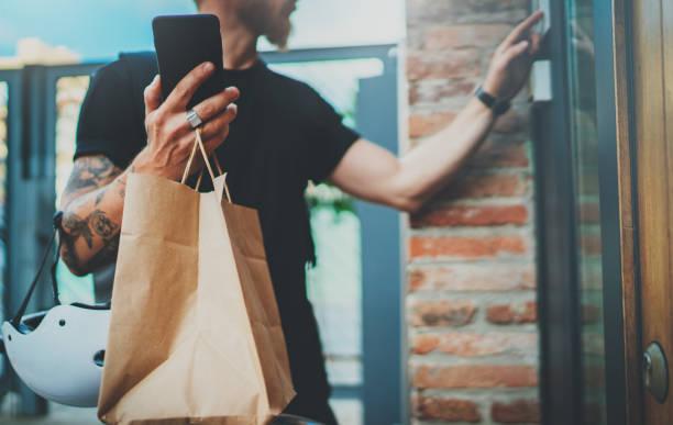 Kurier-Lieferung Lebensmittelservice zu Hause. Bäriertem Mann Kurier lieferte die Bestellung keine Namensbeutel mit Lebensmitteln – Foto