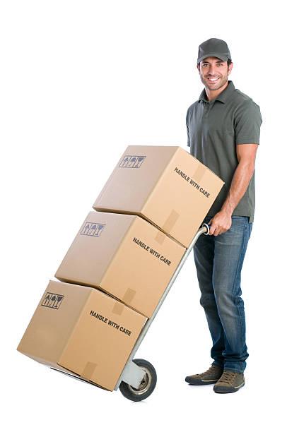 corriere scatole in movimento - addetto alle consegne foto e immagini stock