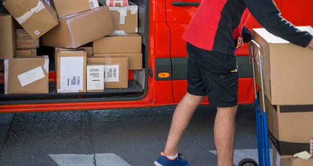 Kurier entlädt seinen Transporter – Foto