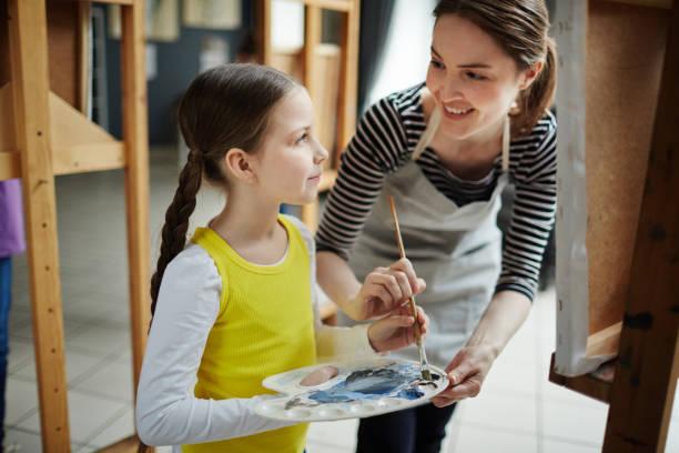 kurs der malerei - kindergarten workshop stock-fotos und bilder