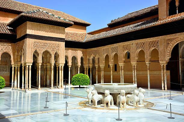 court of the lions, granada - スペイン グラナダ ストックフォトと画像