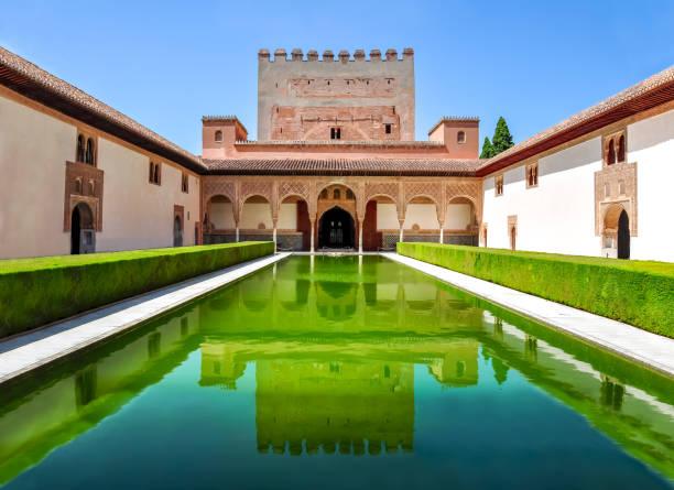 アルハンブラ宮殿, グラナダ, スペインの nasrid 宮殿で myrtles 裁判所 - スペイン グラナダ ストックフォトと画像