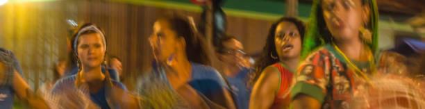Cortejo de maracatu - dança folclórica tradicional com raízes africanas - com o grupo Batuki Kianda em Ilhabela, Brasil, em 16 de abril de 2017, andando pelas ruas do centro histórico da cidade. - foto de acervo