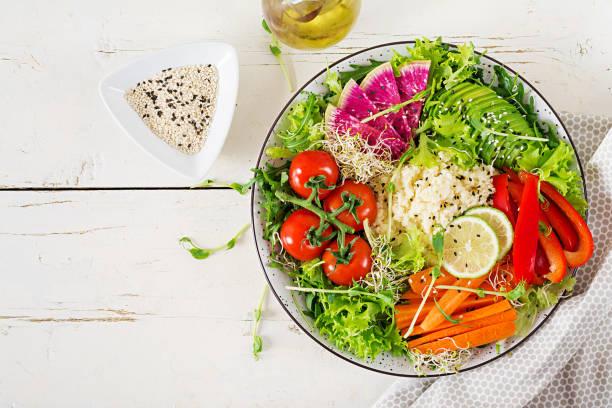 Couscous und Gemüseschale.  Trendfood. Gesundes, ditiertes, vegetarisches Lebensmittelkonzept auf einem hellen Hintergrund. Vegane Buddha-Schale. Top View – Foto