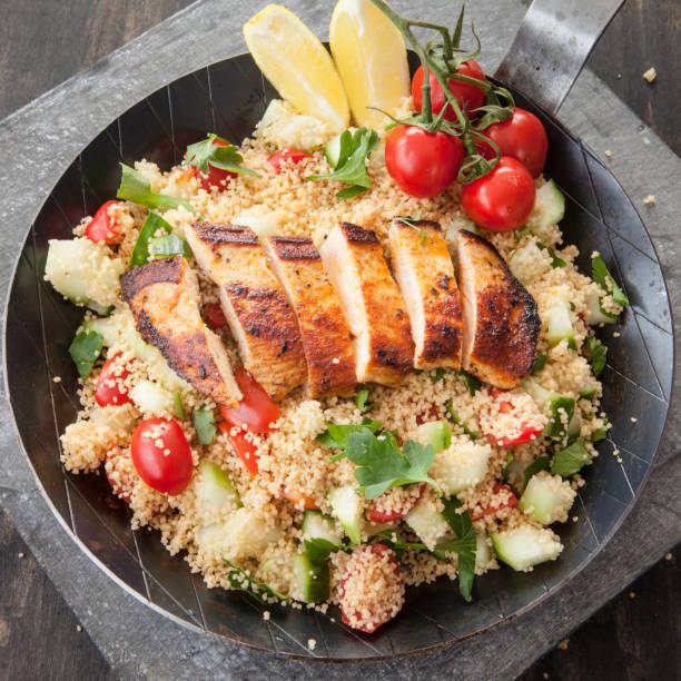 couscous mit haehnchenbruts - rezepte mit hühnerfleisch stock-fotos und bilder