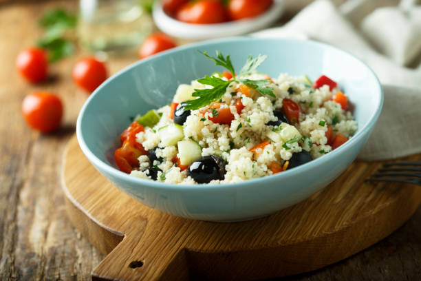 couscous-salat mit oliven und tomaten - couscous salat minze stock-fotos und bilder
