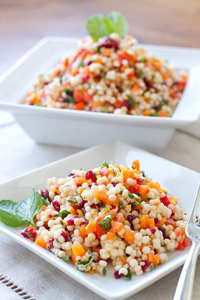 couscous-salat-vertikal - couscous salat minze stock-fotos und bilder