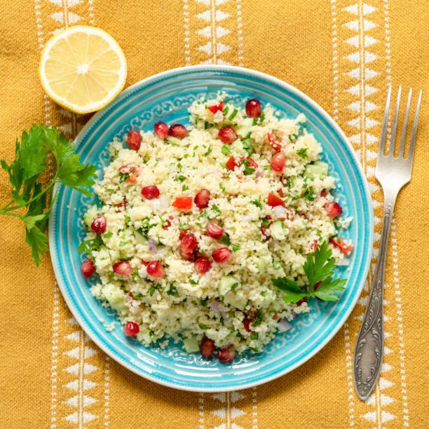 couscous-taboulé-salat mit granatapfel - griechischer couscous salat stock-fotos und bilder