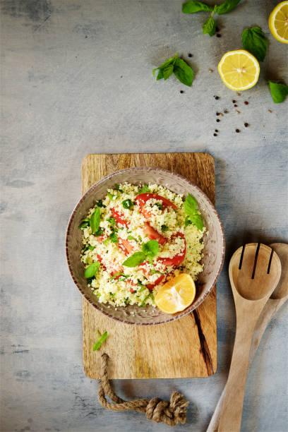couscous mit petersilie, tomaten, zitrone und olive oi - couscous salat minze stock-fotos und bilder