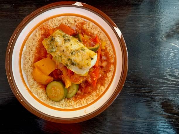 Couscous mit Gemüse und Fisch – Foto