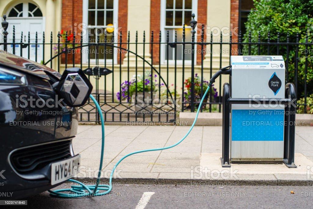 Coventry, Reino Unido - 22 de agosto de 2018: Centro de la ciudad de Coventry vehículo eléctrico estacionamiento y carga de base eléctrica de calle. foto de stock libre de derechos