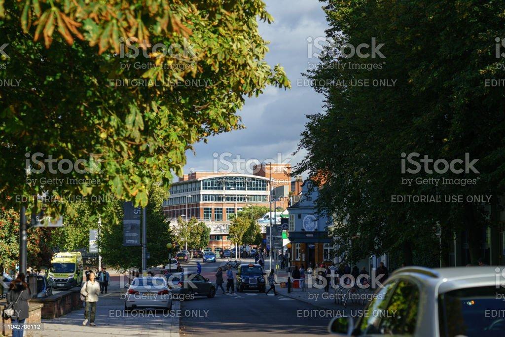 Vista del edificio de negocios de la Universidad de Coventry desde centro de la ciudad - foto de stock