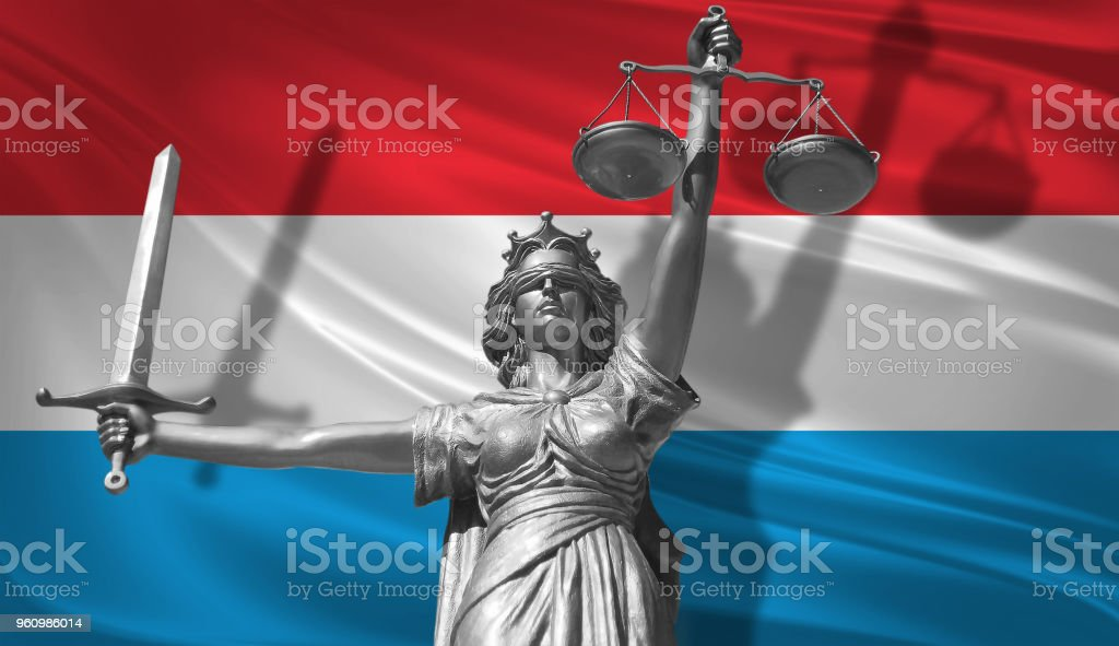 Decken Sie über Recht. Statue des Gottes der Gerechtigkeit Themis mit Flagge Luxemburg Hintergrund. Ursprünglichen Statue der Gerechtigkeit. Femida mit Skala, Symbol der Gerechtigkeit mit wehende Flagge Luxemburg, 3D-Rendering. - Lizenzfrei Anwalt Stock-Foto