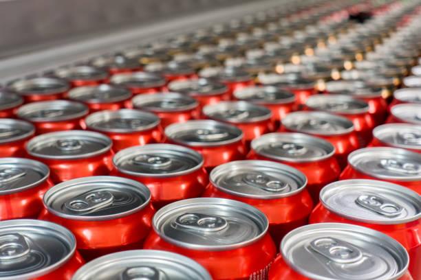 覆蓋鋁罐。鋁罐。頂部視圖。市場上的鋁罐 - 可樂 個照片及圖片檔