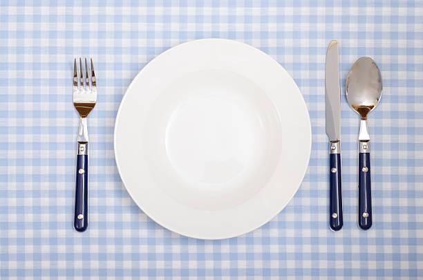 decke mit messer, gabel, löffel und teller in einem restaurant - chrome menü stock-fotos und bilder