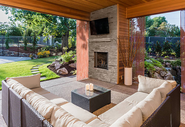 überdachter terrasse hinter dem neuen luxus-home außenansicht - zement terrasse stock-fotos und bilder