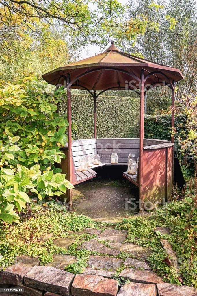 Uberdachter Sitzplatz Im Garten Mit Kerzen Geschmuckt Stockfoto Und Mehr Bilder Von Architektonisches Detail