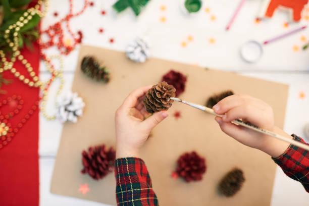 verkleidung tannenzapfen mit gouache - weihnachtsbilder zum ausmalen stock-fotos und bilder