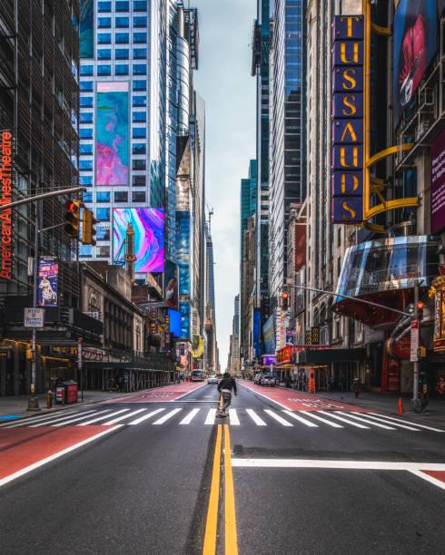 コーヴィッド 19 スケーター タイムズスクエア nyc - corona newyork ストックフォトと画像