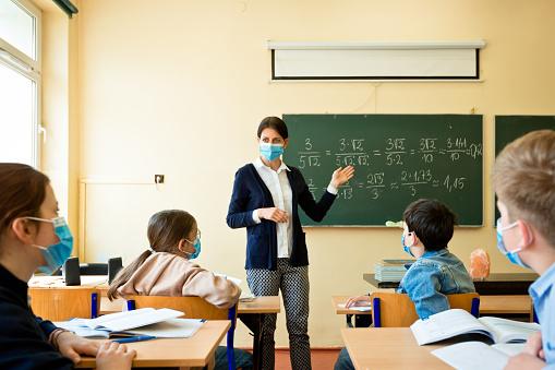 Covid19 Un Insegnante Insegna Matematica - Fotografie stock e altre immagini di 40-44 anni