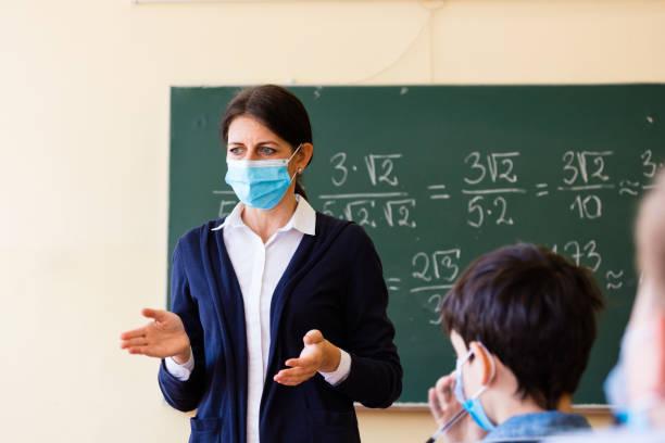Covid-19. Ein Lehrer unterrichtet Mathematik – Foto