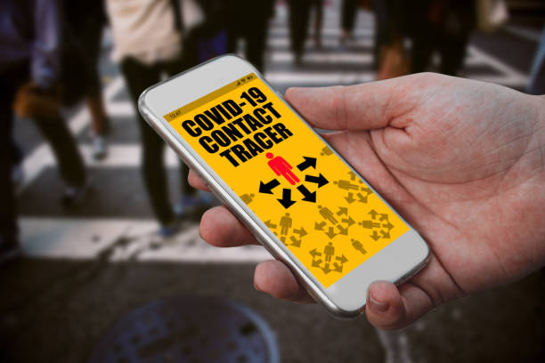 Covid-19 App auf Smartphone-Software in Menschenmenge von Menschen mit Bluetooth-Benachrichtigung – Foto