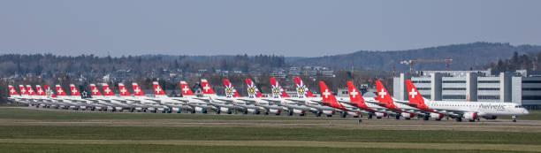 covid19-krise: flugzeug von swiss international airlines am boden - andreas haas stock-fotos und bilder