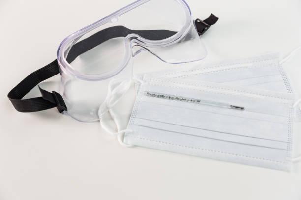 Covid-19 es muy popular. Una mascarilla médica antiviral y gafas protectoras - foto de stock