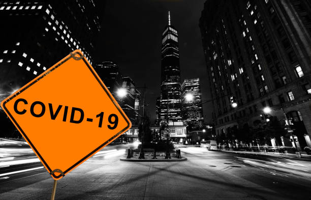 Covid-19 Road Warning Sign: One World Trade Center in der Nacht. Nyc – Foto