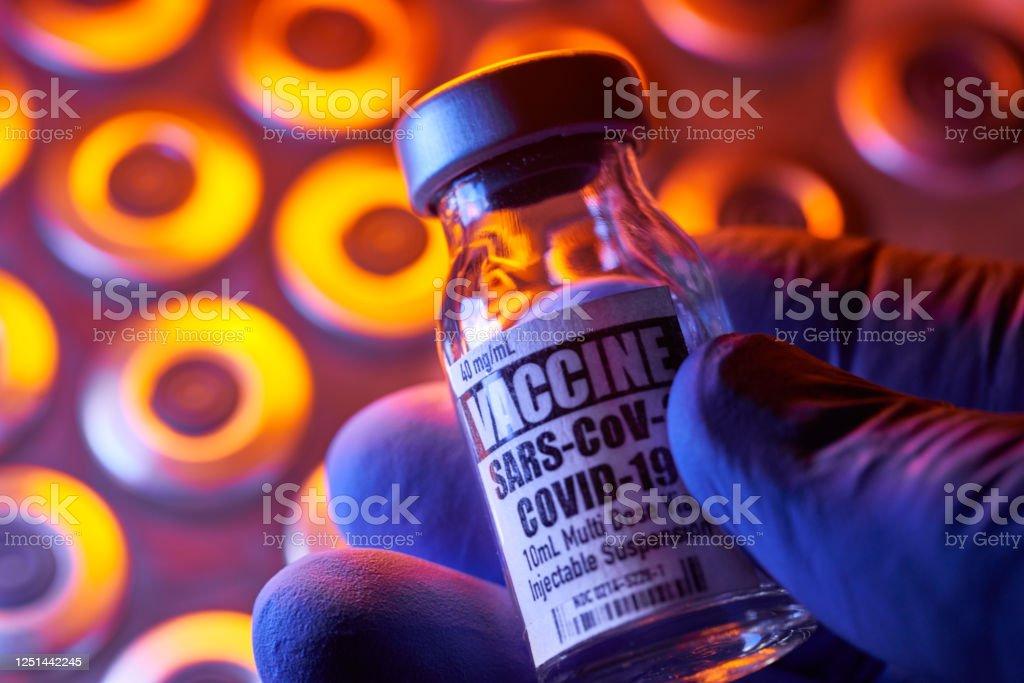 Вакцина Covid-19 - Медицинские инъекционные флаконы: ручной холдинг, крупным планом и красочные - Стоковые фото Covid-19 роялти-фри