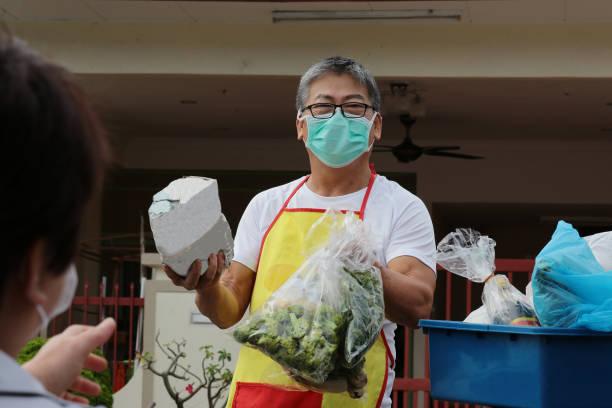 covid-19 自宅で働く - 食料品の配達 - business malaysia ストックフォトと画像