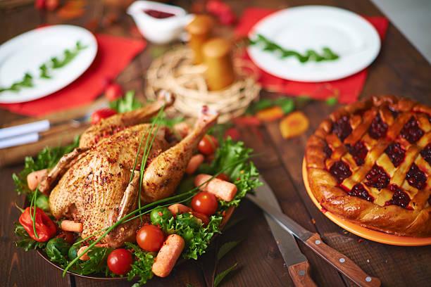 cowberry kuchen und gebratenes hühnchen - aufstrich weihnachten stock-fotos und bilder