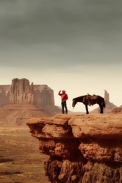 cowboy und pferd im amerikanischen südwestens im monument valley, vertikal - navajo stil stock-fotos und bilder