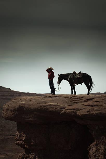 cowboy und pferd im amerikanischen südwesten landschaft vertikal - navajo stil stock-fotos und bilder
