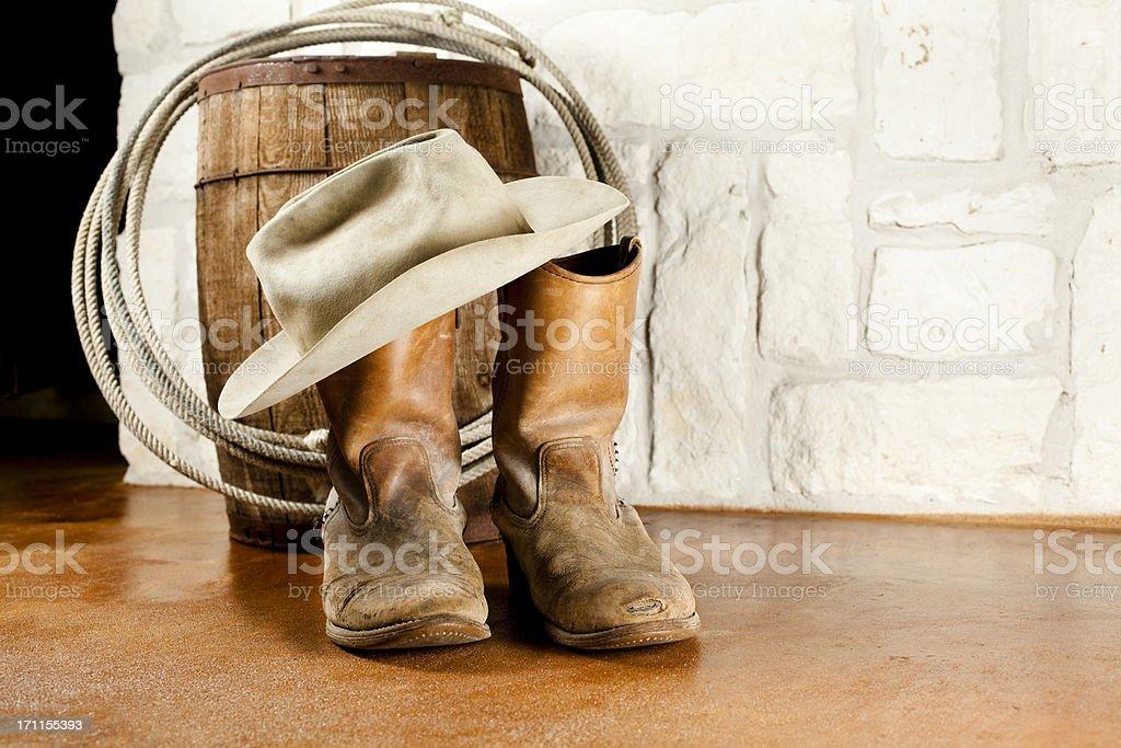 Botas de vaquero y sombrero. Arenisca fondo de Austin foto de stock libre  de derechos e2b68f0c580