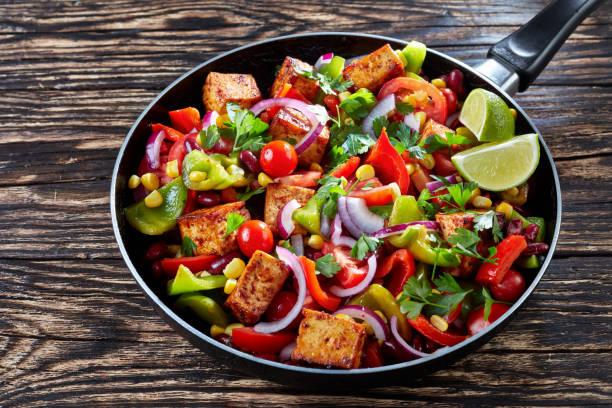 cowboy-kaviar: mischung aus frischem gemüse und tofu - mariniertes tofu stock-fotos und bilder